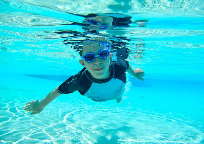 Clases de natación para niños con autismo