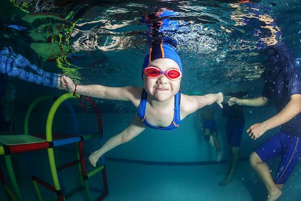 ¿Debo usar goggles para nadar?
